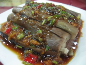 Cold aubergine (previously cooked) with sauce, garlic, peppers., etc